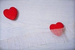 Dano vermelho dos corações e protege Imagens de Stock Royalty Free