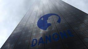 Danone-embleem op een wolkenkrabbervoorgevel die op wolken wijzen Het redactie 3D teruggeven Stock Foto's