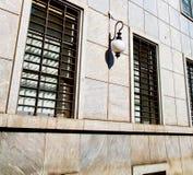 dans architecture du mila n de l'Europe Italie la vieille et le mur d'abat-jour vénitiens Image libre de droits