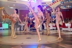 Dans bullseye door dansers, actoren wordt uitgevoerd van de groep van de de muziekzaal die van de staat van St. Petersburg Stock Afbeeldingen