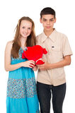 Dans de jeunes ajouter d'amour à un coeur Image stock