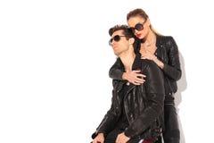 Dans de jeunes couples d'amour posant dans le studio Photographie stock libre de droits