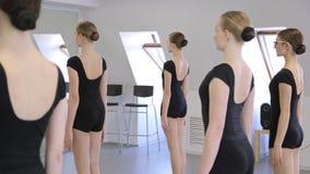 Dans de jeunes et belles femmes d'école modèle se préparent à la classe de danse clips vidéos