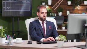 Dans de jeunes types d'homme d'affaires de bureau créatif moderne sur le clavier d'ordinateur banque de vidéos