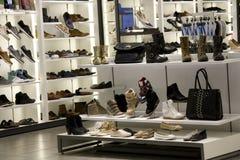 Magasin de chaussures d'homme et de femme Images libres de droits