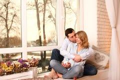 Dans des couples d'amour à la maison Images stock