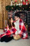 Dans des couples d'amour dans Noël de studio Photo libre de droits