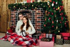 Dans des couples d'amour dans Noël de studio Images libres de droits
