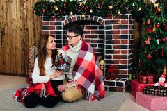 Dans des couples d'amour dans Noël de studio Photographie stock