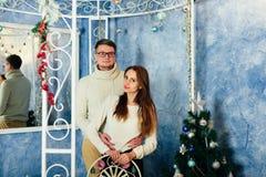 Dans des couples d'amour dans Noël de studio Image stock