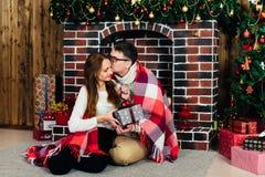 Dans des couples d'amour dans Noël de studio Photos stock
