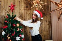 Dans des couples d'amour dans Noël de studio Images stock