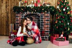 Dans des couples d'amour dans Noël de studio Photographie stock libre de droits