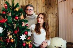 Dans des couples d'amour dans Noël de studio Photos libres de droits