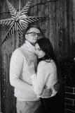 Dans des couples d'amour dans Noël de studio Photo stock