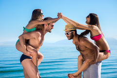 Dans des couples d'amour des vacances Image libre de droits