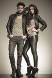 Dans des couples d'amour habillés dans des vêtements en cuir Photos stock