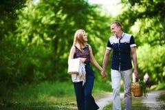 Dans des couples d'amour marchant dans la forêt Photos stock