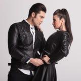 Dans des couples d'amour posant sur le fond gris de studio Image libre de droits