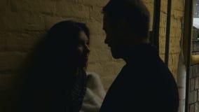 Dans des couples d'amour près du mur, appareil-photo vivant banque de vidéos
