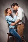 Dans des couples d'amour, séance de femme et position d'homme Image libre de droits