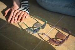 Dans des couples d'amour se reposant sur le plancher tenant des mains Photos stock