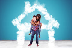 Dans des couples d'amour se tenant dans une maison faite de nuages Image libre de droits