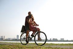 Dans des couples d'amour sur une bicyclette Photographie stock libre de droits