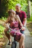 Dans des couples d'amour sur une bicyclette Photos libres de droits