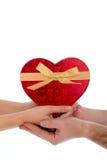 Dans des couples d'amour tenant un coeur d'amour sur le fond blanc Photographie stock