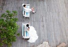 Dans des jeunes mariés d'amour Images stock