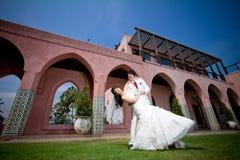Dans des jeunes mariés d'amour Photographie stock