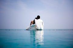 Dans des jeunes mariés d'amour Photo libre de droits