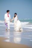Dans des jeunes mariés d'amour Photographie stock libre de droits