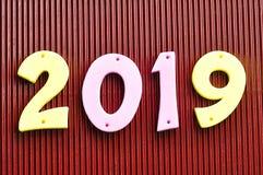 2019 dans des nombres roses et jaunes Photos stock