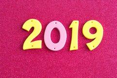 2019 dans des nombres roses et jaunes Image libre de droits
