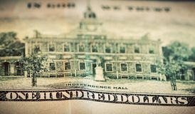Dans Dieu nous faisons confiance à la devise sur cent billet d'un dollar Image stock