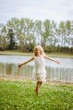 Dans door de rivier in de zomertijd Stock Afbeelding