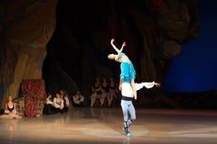 Dans för balettdansörer Aleksandr Stoyanov och Katerina Kukhar under balett Corsar Royaltyfri Bild