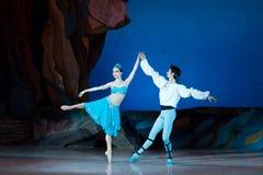 Dans för balettdansörer Aleksandr Stoyanov och Katerina Kukhar under balett Corsar Fotografering för Bildbyråer