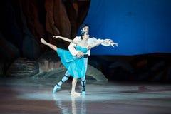 Dans för balettdansörer Aleksandr Stoyanov och Katerina Kukhar under balett Corsar Arkivbilder