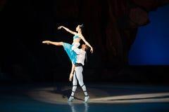 Dans för balettdansörer Aleksandr Stoyanov och Katerina Kukhar under balett Corsar Royaltyfria Foton