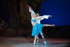 Dans för balettdansörer Aleksandr Stoyanov och Katerina Kukhar under balett Corsar Arkivbild