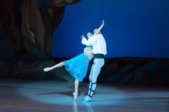 Dans för balettdansörer Aleksandr Stoyanov och Katerina Kukhar under balett Corsar Royaltyfri Fotografi
