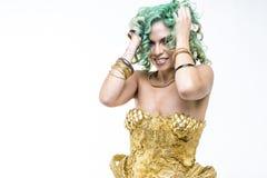 Dans för dansareLatin kvinna, guld- klänning och juvlar Ung kvinna w Arkivbilder