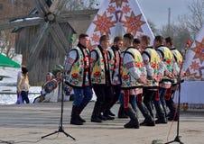 Dans för kollektiva perfoms för folkloremän nationell under den etniska festivalen av julsånger i det frilufts- museet, Ukraina royaltyfri bild