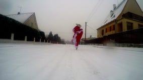 Dans för Santa Claus dansavbrott i snön på gatan stock video