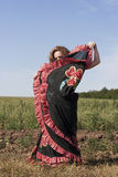 Dans för ung kvinna utomhus i lång kjol Arkivfoton