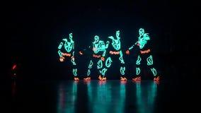 Dans gloeiende mensen stock footage