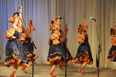 Dans i blåa dräkter Royaltyfri Bild